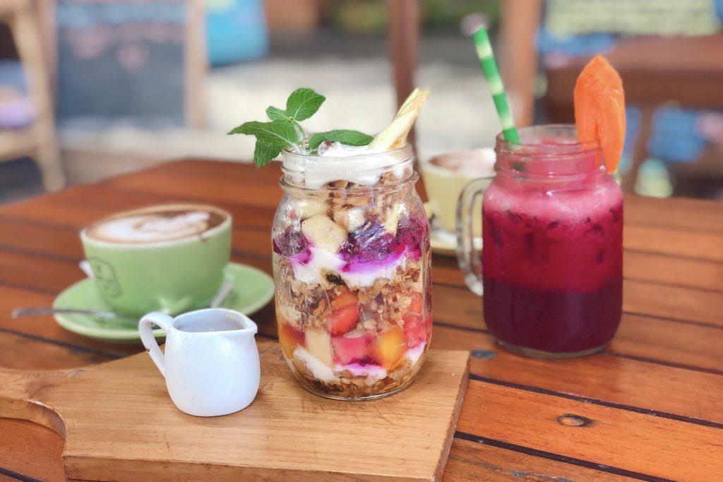 bukit cafe, ontbijt, yoghurt, juice